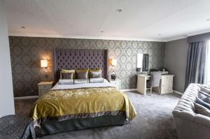 A bed or beds in a room at Glendower Hotel BW Signature Collection