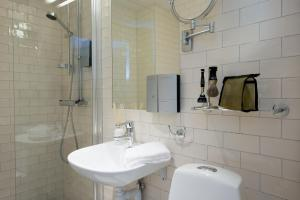 A bathroom at Best Western Plus Park Airport Hotel