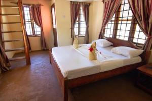 سرير أو أسرّة في غرفة في Pakachi Beach Hotel & Resort