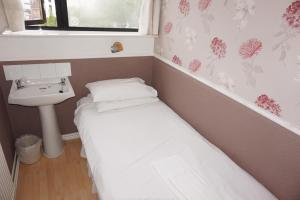 A bed or beds in a room at The Boundary Hotel - B&B