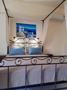 Letto o letti in una camera di Villa Irini Studios