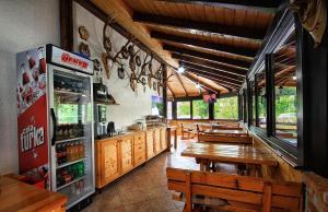 Un restaurante o sitio para comer en Guest House Spoljaric Sasa