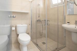 A bathroom at Coral Apartments