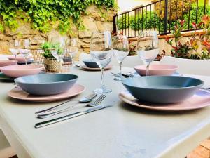 Un restaurante o sitio para comer en Casa Rural Cabeza Lobera