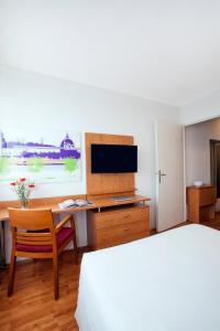 Телевизор и/или развлекательный центр в Séjours & Affaires Lyon Saint-Nicolas