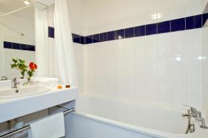 Ванная комната в Séjours & Affaires Lyon Saint-Nicolas