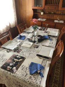 A restaurant or other place to eat at Admurraya House Bed & Breakfast