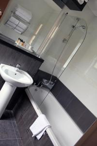 A bathroom at Gomersal Park Hotel & Dream Spa