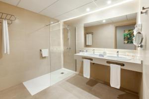 A bathroom at Hotel Best Jacaranda