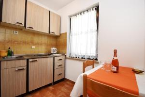 A kitchen or kitchenette at Apartment Sambris No 1