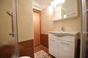 A bathroom at Apartment Sambris No 1