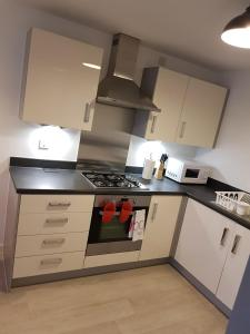 A kitchen or kitchenette at Vetrelax Basildon City Center Apartment