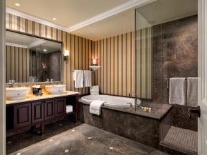A bathroom at Oak Bay Beach Hotel