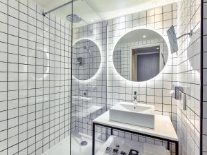 Salle de bains dans l'établissement Mercure Paris la Défense Grande Arche