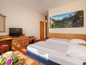 A bed or beds in a room at Mercure Hotel Garmisch Partenkirchen
