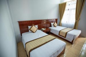 A bed or beds in a room at Thanh Lich Hotel