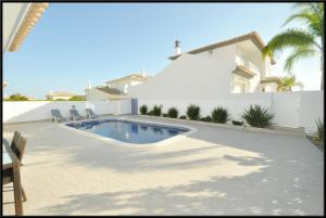 The swimming pool at or near Vila Beatriz