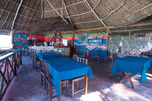 مطعم أو مكان آخر لتناول الطعام في Pakachi Beach Hotel & Resort