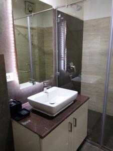 A bathroom at Joey's Hostel