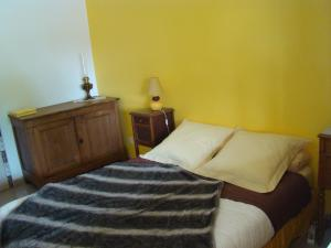 A bed or beds in a room at Chambres sous les vignes du Buttois