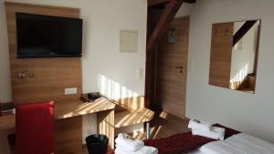 A television and/or entertainment center at Hotel Elb Blick