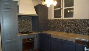 A kitchen or kitchenette at La MAISON du PORT