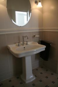 A bathroom at La MAISON de l'OPERA