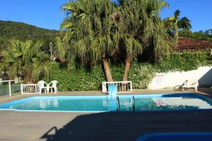 The swimming pool at or near Refúgio do Bosque