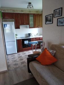 A kitchen or kitchenette at Apartment on Solnechnaya