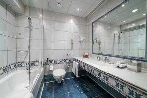 حمام في فندق ونادي الضباط