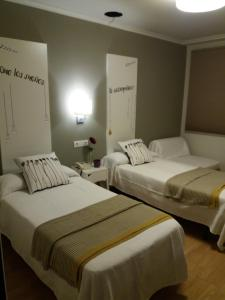 A bed or beds in a room at Hostal Mariquito