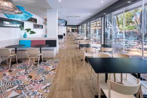 Een restaurant of ander eetgelegenheid bij Aparthotel Marinada