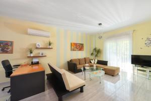 Część wypoczynkowa w obiekcie 2 Bedrooms apartment with pool in Filerimos