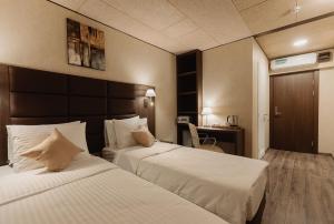 Кровать или кровати в номере Helix Hotel