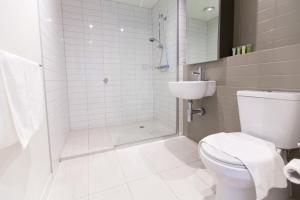 A bathroom at Southern Cross Serviced Apartments