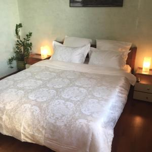 A bed or beds in a room at Apartment on Frunzenskaya 48