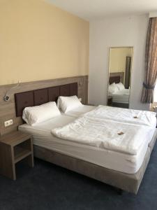 Ein Bett oder Betten in einem Zimmer der Unterkunft Hotel Junkerhaus