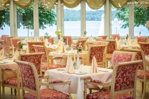 Ein Restaurant oder anderes Speiselokal in der Unterkunft Seehotel Leoni