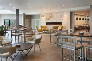 A restaurant or other place to eat at Four Points by Sheraton Toronto Airport