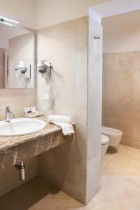 A bathroom at Hotel Agli Alboretti