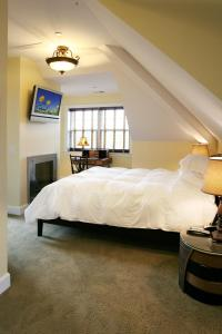 A bed or beds in a room at Water's Edge Inn - Adults Only