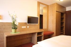 A television and/or entertainment centre at Isar Hotel