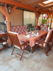 A restaurant or other place to eat at Bed and Breakfast Beros