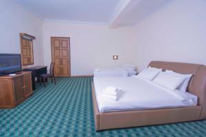 เตียงในห้องที่ Asia Plaza Hotel