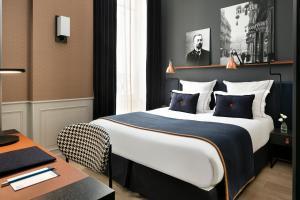 Cama ou camas em um quarto em Hôtel Square Louvois