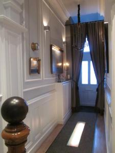 A television and/or entertainment center at Bourgogne Suite Maastricht