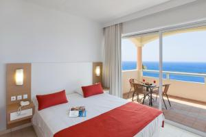 Säng eller sängar i ett rum på Rodos Princess Beach Hotel