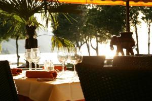 Ein Restaurant oder anderes Speiselokal in der Unterkunft La Lagune Rive Bleue