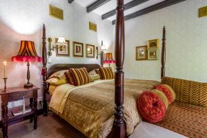 A bed or beds in a room at Kilmorna Manor Guest House