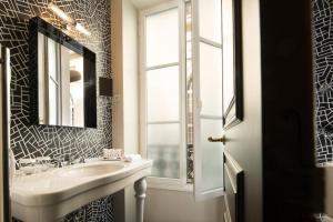 A bathroom at Hôtel Les Dames du Panthéon